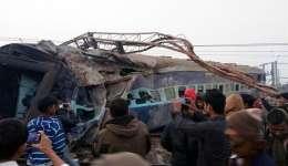 Varias personas toman fotografías con sus teléfonos en el lugar del accidente de un tren Aimer-Sealdah Express que descarriló el 28 de diciembre de 2016, en Kanpur (India). EFE/Archivo