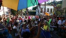 El desfile de la coparsa Céu na Terra en el barrio de Santa Teresa fue registrado este sábado, durante las actividades de precarnaval, en Río de Janeiro (Brasil). EFE