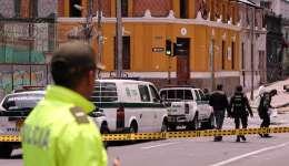 Miembros de la Policía de Colombia fueron registrados este domingo al custodiar el lugar donde se registró una explosión que deja al menos un policía muerto y 30 personas más heridas, en el barrio La Macarena, centro de Bogotá (Colombia). EFE