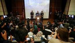 El inspector general de la Real Policía de Malasia (RMP) Khalid Abu Bakar (c) habla en la rueda de prensa ofrecida este miércoles en la sede de la policía en Kuala Lumpur (Malasia). EFE