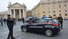 Carabinieri montan guardia cerca de la Colina Capitolina en Roma (Italia), con motivo del dispositivo de seguridad desplegado ante el 60 aniversario del Tratado de Roma. EFE
