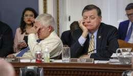 El presidente de la Comisión de Normas de la Cámara de Representantes, el republicano Pete Sessions, izquierda y su colega Tom Cole, escuchan los argumentos al dar forma a la última versión del proyecto de ley republicano de seguro de salud.  /  Foto: AP