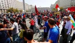 Miles de personas participan hoy, domingo 26 de marzo de 2017, en Santiago (Chile), durante una manifestación en contra de las Administradoras de Fondos de Pensiones (AFP), en una marcha en donde exigen el término del sistema privado de pensiones. EFE