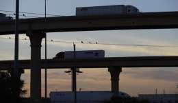 Las autoridades han cerrado el Puente del Comercio Mundial, uno de los cruces comerciales más transitados de la frontera mexicoestadounidenses, debido a apagones, inundaciones y daños estructurales causados por lluvias y vientos. /  AP