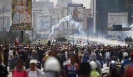 Fuerzas de seguridad pulverizan a los manifestantes con cañones de agua durante una protesta contra el gobierno exigiendo al presidente venezolano, Nicolás Maduro, abrir un llamado corredor humanitario para entrega de medicamentos y ayuda alimentaria. AP