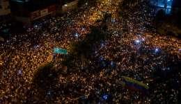 Cientos de personas participan en una manifestación nocturna contra el gobierno del presidente de Venezuela Nicolás Maduro. EFE