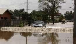 Un automóvil circula por una calle inundada en Penal (Trinidad y Tobago). /  Foto: EFE