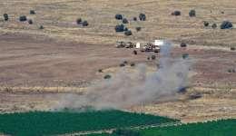 Humo que se levanta cerca de un campo agrícola y bulldozers, en el lado israelí de la frontera un resultado de un proyectil lanzado de Siria y golpeó Israel, cerca de la ciudad de Quneitra, en los Altos del Golán. EFE Archivo