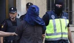 Efectivos de la Policia trasladan a un hombre detenido en la localidad de Inca (Mallorca), dentro de la operación anti yihadista en la que seis personas integradas en una célula de la organización terrorista Dáesh. /  Foto: EFE