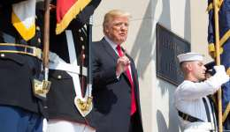 El presidente estadounidense, Donald J. Trump (c), a su llegada al Pentágono en Arlington, Virginia (Estados Unidos), hoy 20 de julio de 2017. EFE