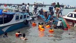 Miembros de los servicios de emergencia y lugareños buscan víctimas junto a un barco que zozobró en aguas de la costa de Tarakan, en la provincia de Kalimantan Norte (Indonesia) hoy, 25 de julio. EFE