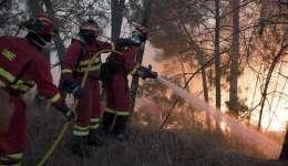 Bomberos españoles de la Unidad Militar de Emergencia combaten el incendio que se declaró en la comarca lusa de Vila de Rei y que ha obligado a desalojar a los vecinos de cuatro poblaciones.  /  Foto: EFE Archivo