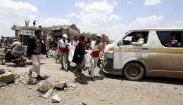 Un grupo de personas ayuda a miembros de la Media Luna Roja a trasladar el cuerpo sin vida de una de las víctimas de un ataque aéreo en Saná (Yemen) hoy, 23 de agosto de 2017. EFE