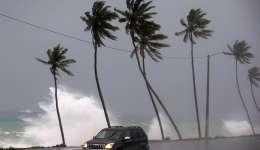 Un vehículo transita cerca a la playa que presenta oleaje fuerte hoy, tras el paso del huracán María en Santo Domingo (República Dominicana).  EFE