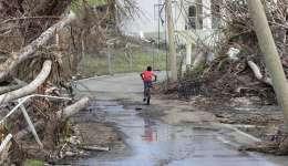 Un niño con su bicicleta por una calle de de East End, en Tortola, tras el paso del huracán Irma y el huracán María en las Islas Vírgenes Británicas . EFE