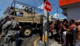Autoridades controlan el ingreso y distribución de ayudas en vehículos militares para la población afectada tras el paso del huracán María el domingo 24 de septiembre en San Juan. /  Foto: EFE