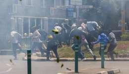 Simpatizantes de la Súper Alianza Nacional (NASA por sus siglas en inglés), partido de la oposición keniana, y su líder, Raila Odinga, huyen mientras la policía despeja la zona con gases lacrimógenos durante las protestas en el centro de Nairobi. EFE