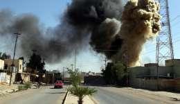 Una columna de humo se eleva durante un incendio en una vivienda durante los enfrentamientos entre miembros de las Fuerzas de Movilización Popular iraquíes y milicias kurdas en Tuz al sur de Kirkuk (Irak) ayer, 17 de octubre. EFE