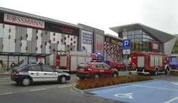 Los automóviles y camionetas de la policía y los bomberos se paran frente al VIVO! centro comercial donde un hombre de 27 años atacó a personas con un cuchillo matando a una persona e hiriendo a otras en Stalowa Wola, sureste de Polonia. / AP