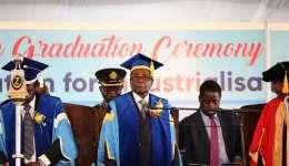 El presidente de Zimbabue, Robert Mugabe (c), preside una graduación en una universidad de Harare (Zimbabue). / EFE