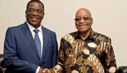 El vicepresidente de Zimbabue, Emmerson Mnangagwa (i), saluda al presidente sudafricano, Jacob Zuma (d), en Pretoria (Sudáfrica) hoy, 22 de noviembre de 2017. EFE