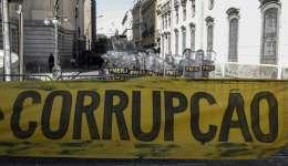 Policías brasileños vigilan una protestas frente a la Asamblea de Río de Janeiro (Brasil), donde los legisladores debatían el pasado viernes sobre el futuro del presidente de la institución y varios diputados, encarcelados por corrupción. EFE