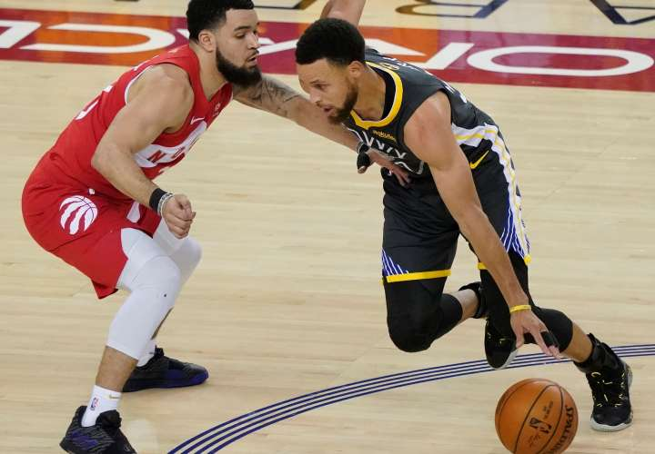 Kyle Lowry (i) de los Raptors de Toronto en acción frente a Stephen Curry (d) de los Warriors de Golden State. / EFE
