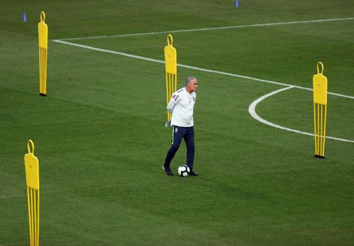 """El seleccionador del equipo nacional del fútbol de Brasil, """"Tite"""", dirige un entrenamiento. EFE"""