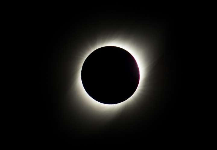El eclipse solar comienza a ser visible en Chile tras atravesar el Pacífico
