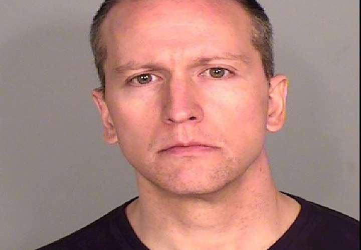 El policía fue liberado tras depositar una fianza de un millón de dólares.