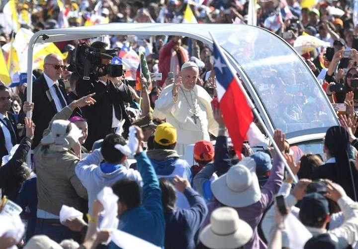 Una multitud de fieles celebra la llegada del papa Francisco (c) antes de la misa multitudinaria oficiada en el aeropuerto de Maquehue, en Temuco (Chile). EFE