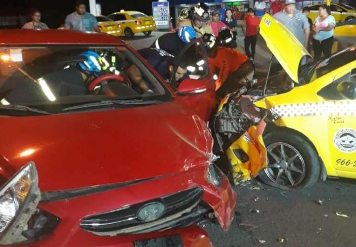 Taxi y sedán se dan su tanganazo en el semáforo de La Villa