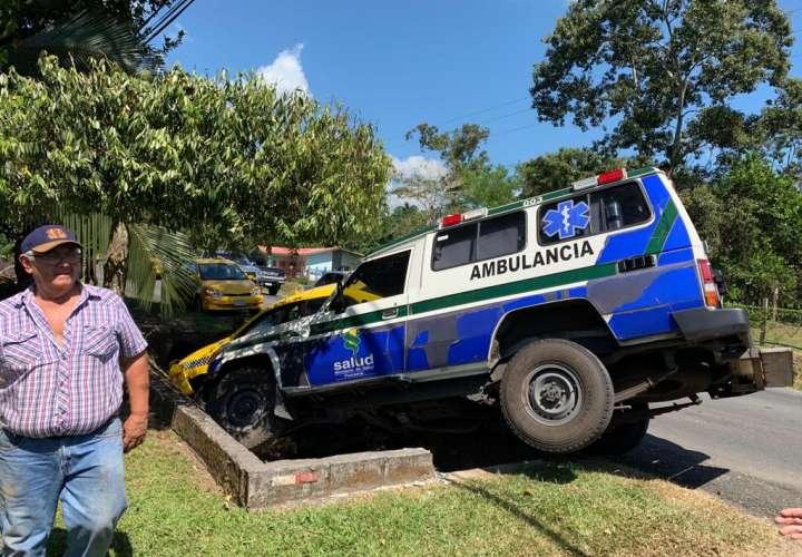 Accidente entre ambulancia y taxi. Foto: Mayra Madrid