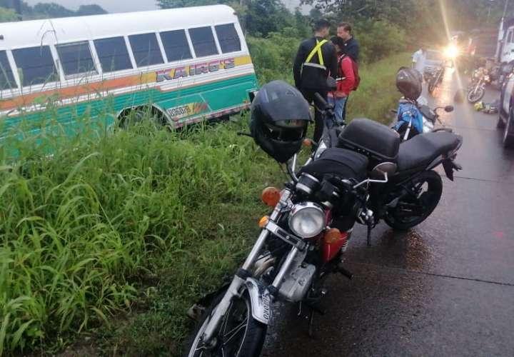 Mujer fue a ayudar motorizado accidentado, pero un bus la atropello y mató