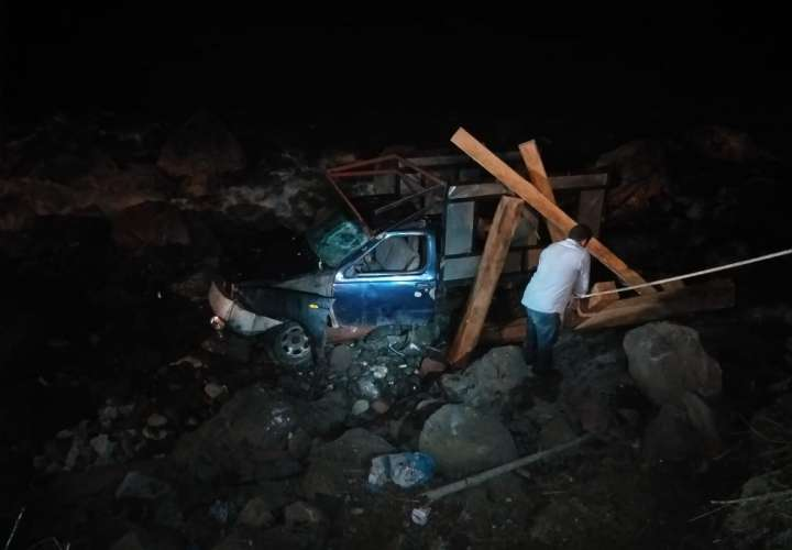 Incrustó el pick up en la orilla del mar en Colón