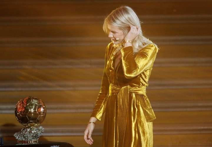 Ada Hegerberg  recibió el trofeo del Balón de Oro femenino. Foto: EFE