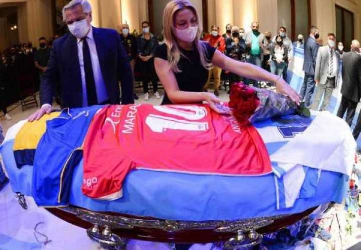 Presidente de Argentina despide a Maradona con camiseta de Argentinos Juniors