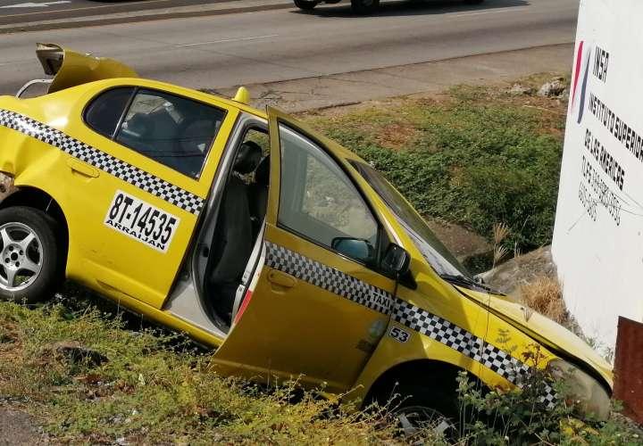 Taxi terminó estrellado contra alcantarilla
