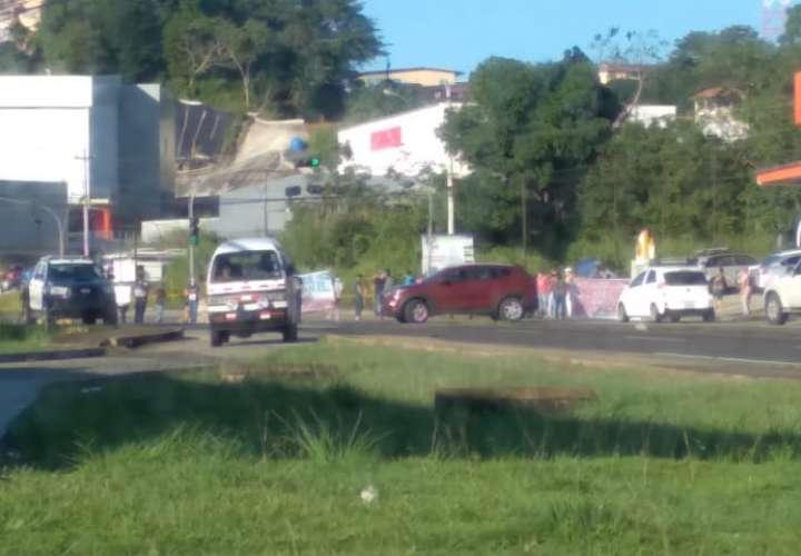 Residentes de Loma de Mastranto cierran la vía Interamericana para exigir agua