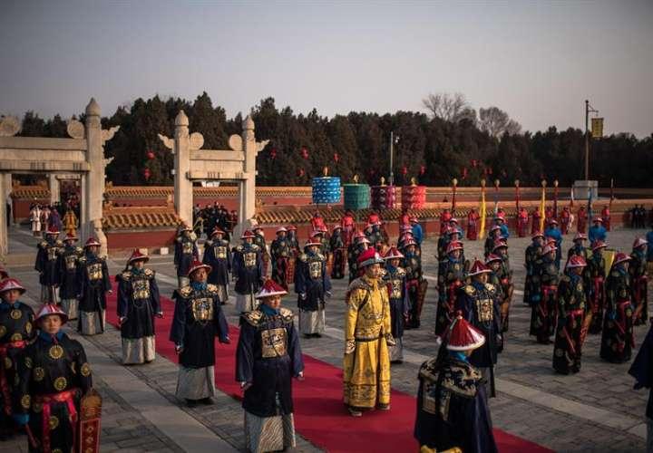Artistas actúan, este martes, en el parque Ditan con motivo del Año Nuevo Lunar en Pekín (China). EFE