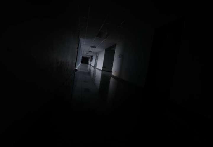 Vista de un pasillo oscuro en un edificio empresarial este lunes en Caracas (Venezuela). Un nuevo apagón afectó este lunes gran parte del territorio venezolano, solo tres semanas después de un corte que dejó sin servicio a casi todo el país. EFE