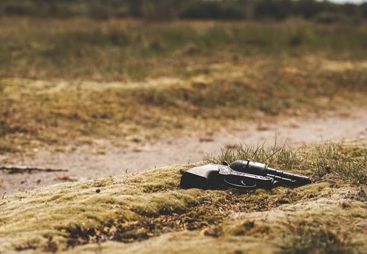 EEUU: Niño encuentra arma tirada y mata a hermano al creer que era de juguete