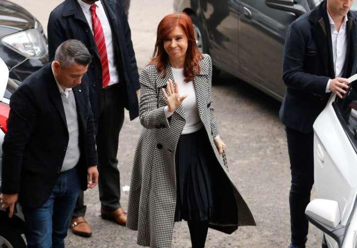 Cristina Fernández acude al juicio con un bajo perfil y de nuevo en silencio