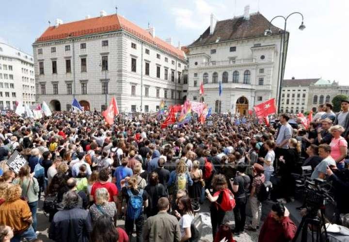 Al menos 15.000 personas exigen en Viena la dimisión del Gobierno austríaco