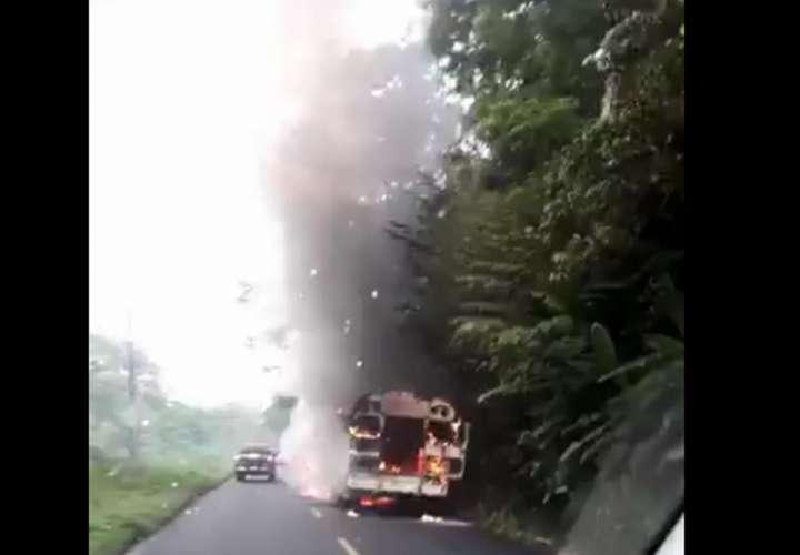 Autobús estalla en llamas en la costa abajo de Colón (Videos)