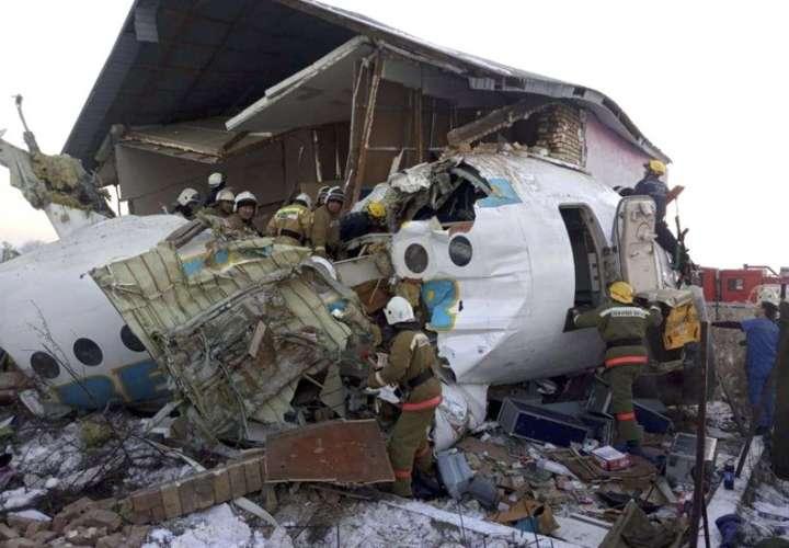 Se estrella avión en Kazajistán; 12 muertos