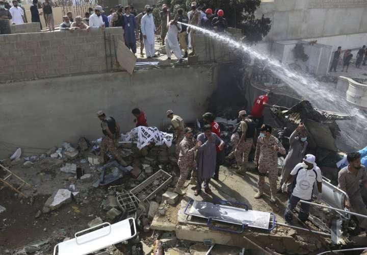 Cae avión de pasajeros en Pakistán; más de 100 muertos