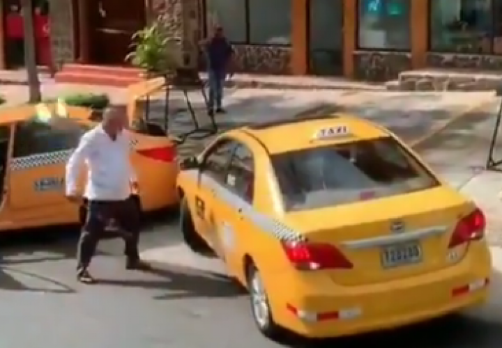 Insultos y agresión con machete entre taxistas en plena vía de la ciudad [Video]