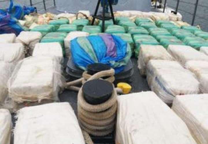 Aeronavales persiguen embarcación e incautan 70 bultos de presunta droga