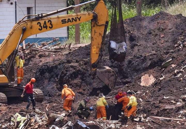 Miembros de equipos de socorro y rescate fueron registrados este miércoles al realizar labores de búsqueda de víctimas en Brumandinho (Brasil). EFE